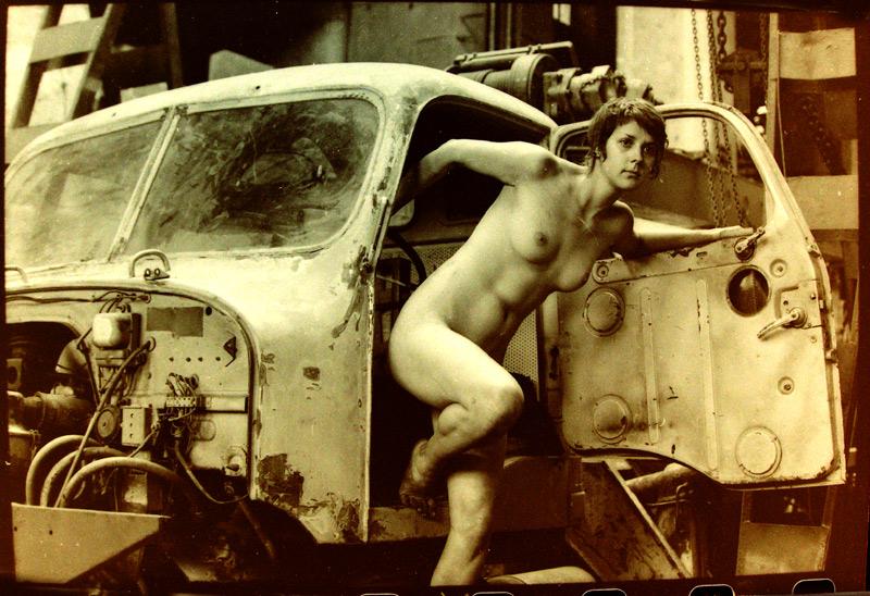 gadinagod_girls_naked_car_02