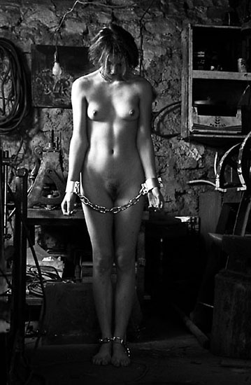 gadinagod_girls_naked_chain_16