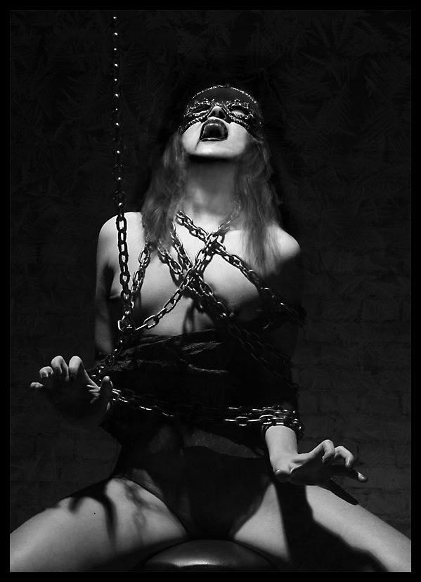 gadinagod_girls_naked_chain_21