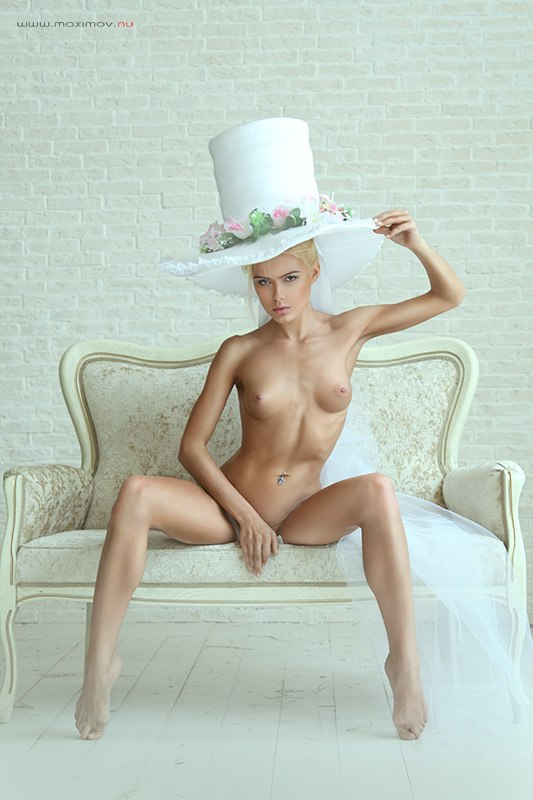 gadinagod_girls_naked_hat_08