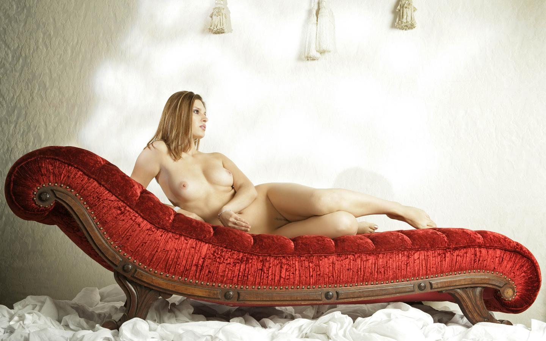 gadinagod_girls_naked_red_01