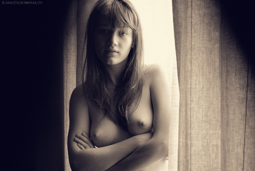 gadinagod_girls_naked_curtains_02