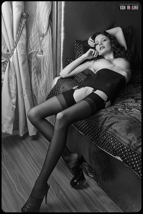 gadinagod_girls_naked_curtains_12