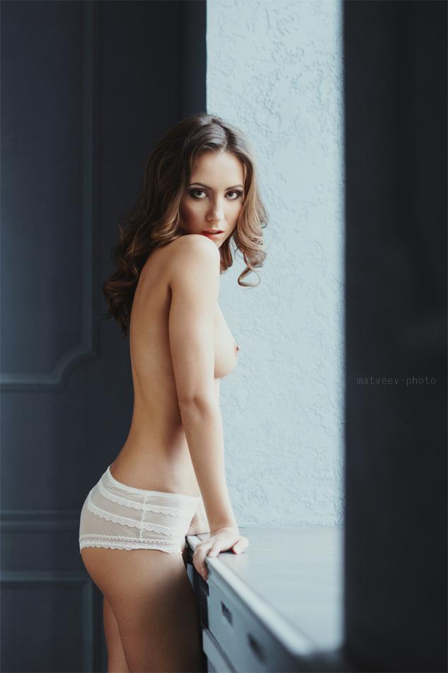 gadinagod_girls_naked_sill_16