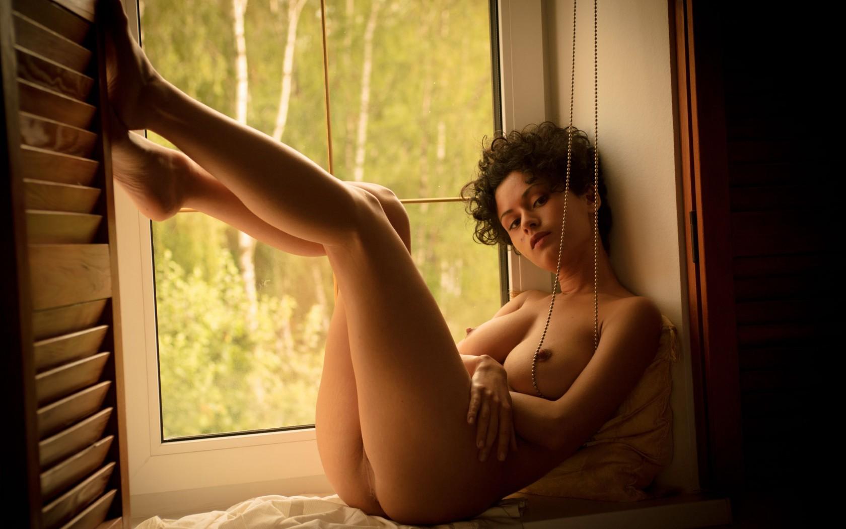 gadinagod_girls_naked_sill_19