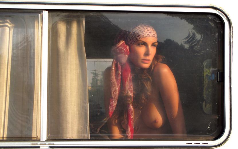 gadinagod_girls_naked_glass_02