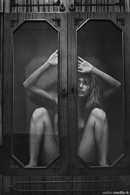 gadinagod_girls_naked_glass_11
