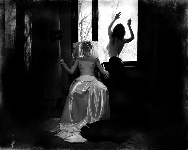 gadinagod_girls_naked_window_09