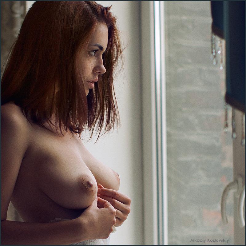 gadinagod_girls_naked_window_20