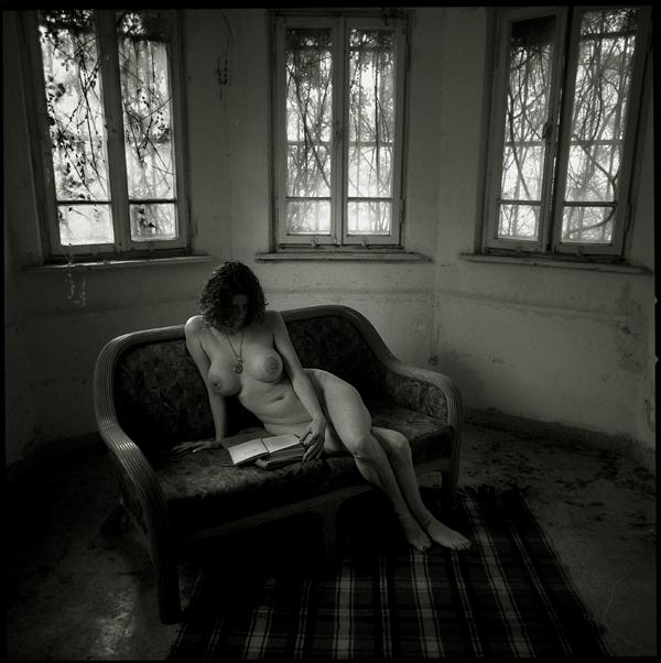 gadinagod_girls_naked_sofa_02