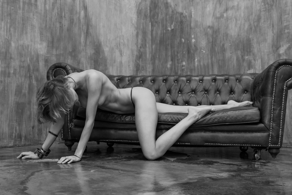 gadinagod_girls_naked_sofa_16
