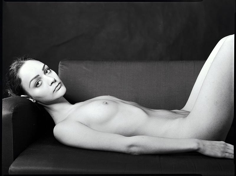 gadinagod_girls_naked_sofa_18