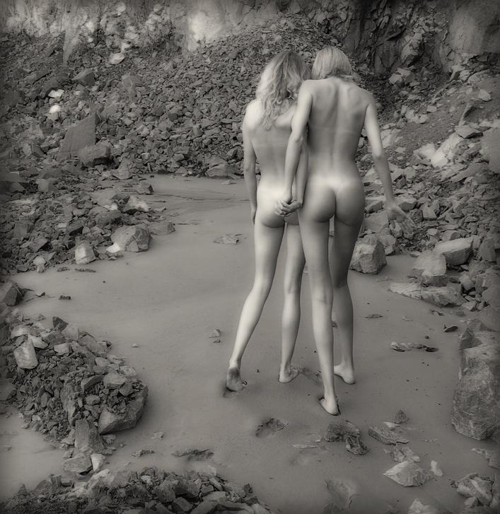 gadinagod_girls_naked_stone_06