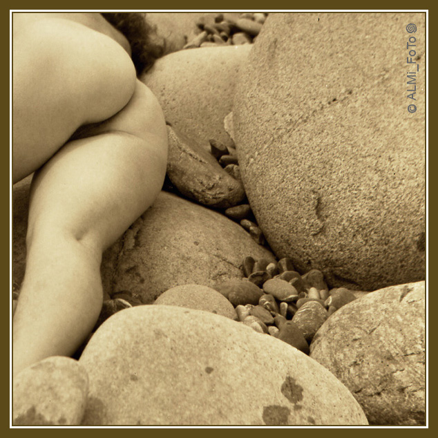 gadinagod_girls_naked_stone_14