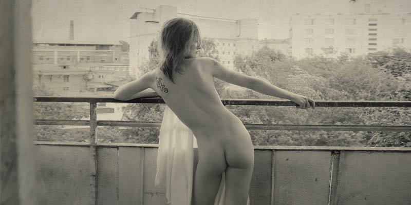 gadinagod_girls_naked_balcony_11