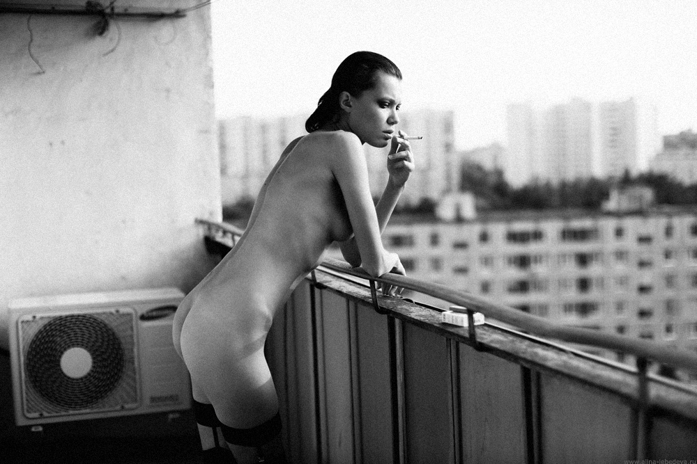gadinagod_girls_naked_balcony_16