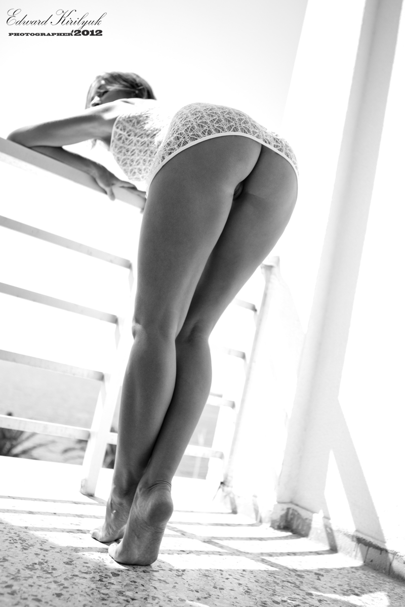 gadinagod_girls_naked_balcony_23