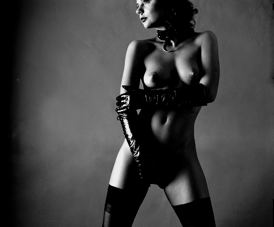 gadinagod_girls_naked_gloves_03