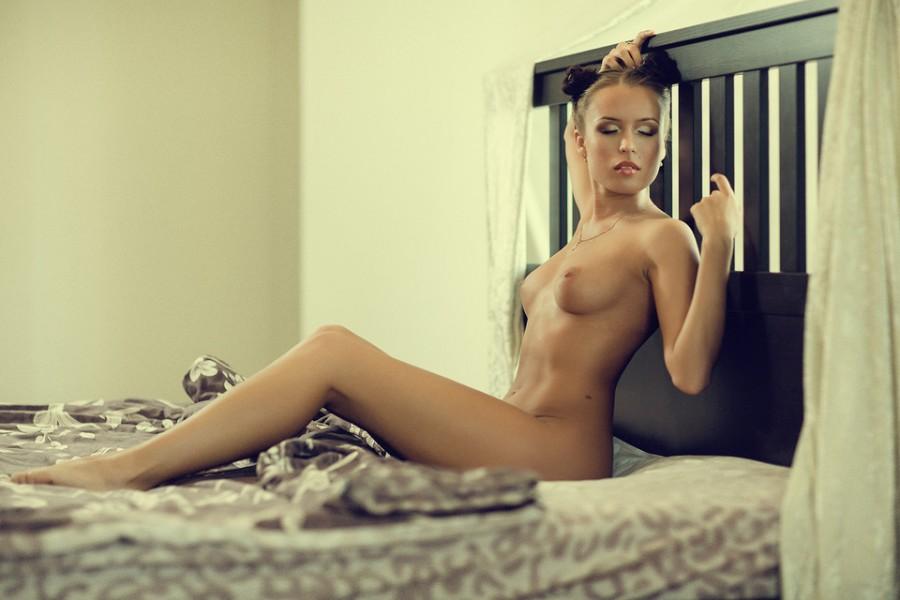 gadinagod_girls_naked_bed_02