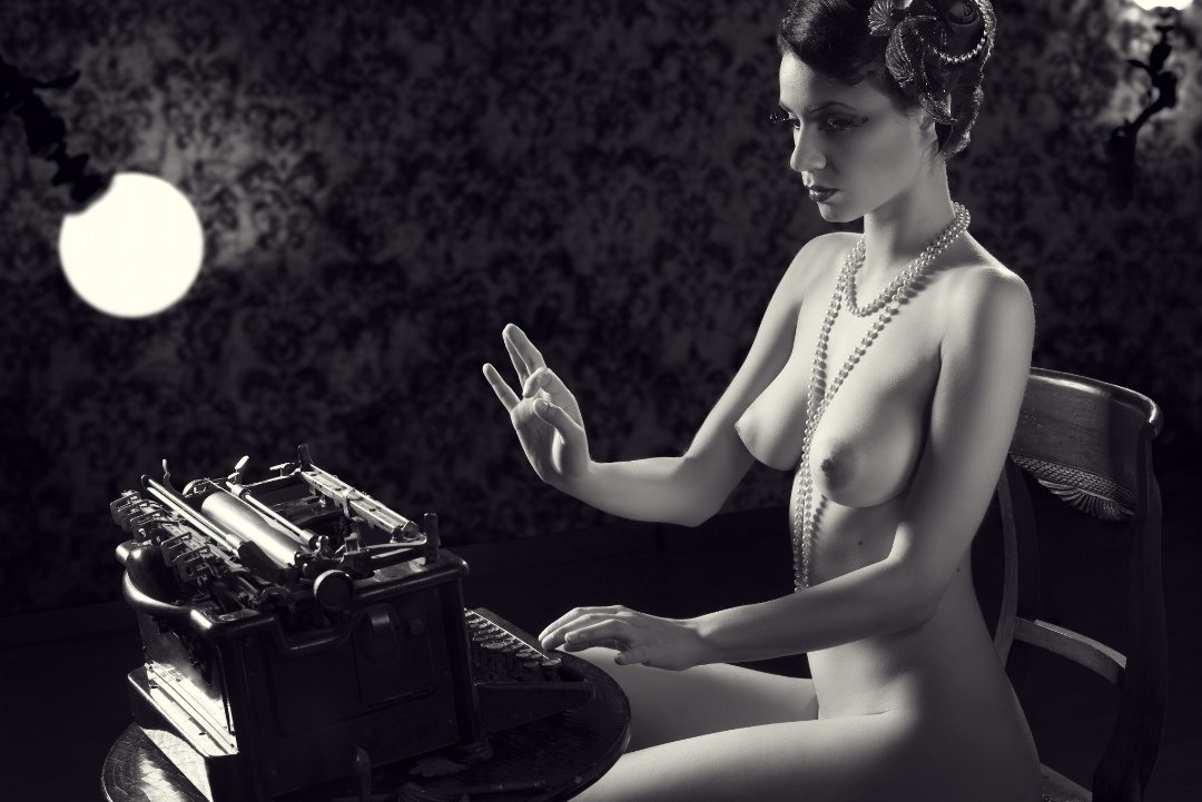 gadinagod_girls_naked_typewriter_01