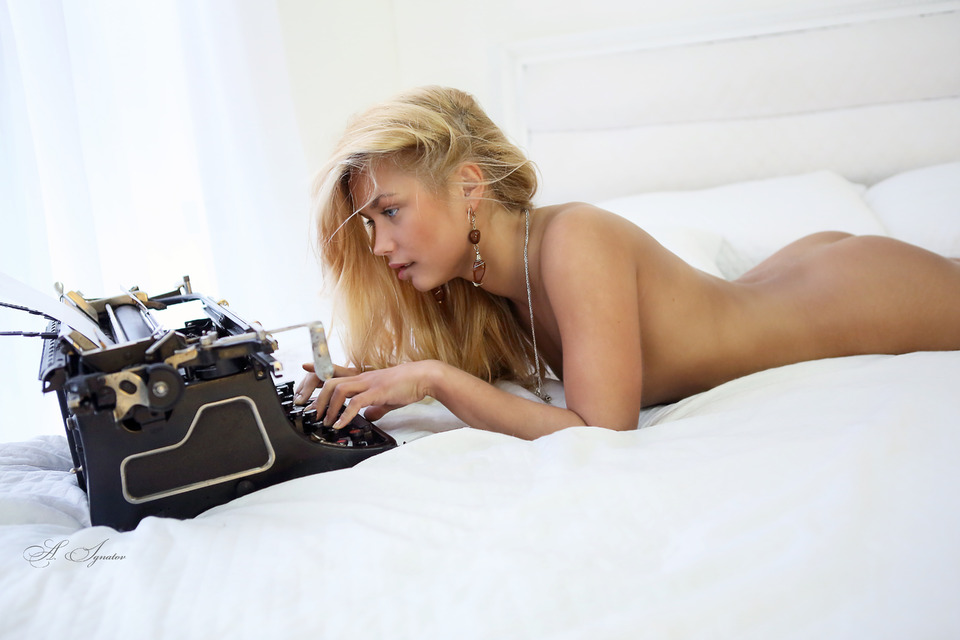 gadinagod_girls_naked_typewriter_06