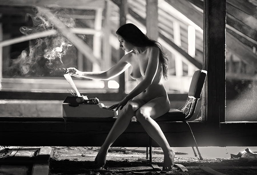 gadinagod_girls_naked_typewriter_08