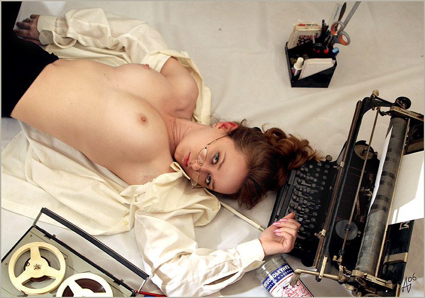 gadinagod_girls_naked_typewriter_11