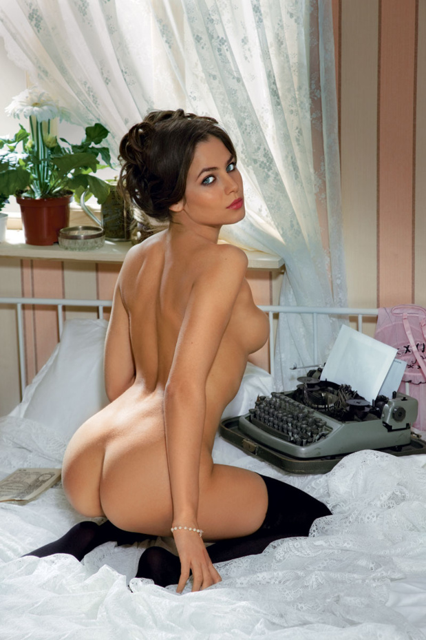 gadinagod_girls_naked_typewriter_18