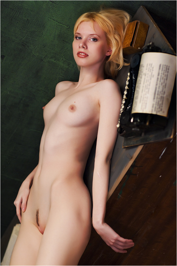 gadinagod_girls_naked_typewriter_20