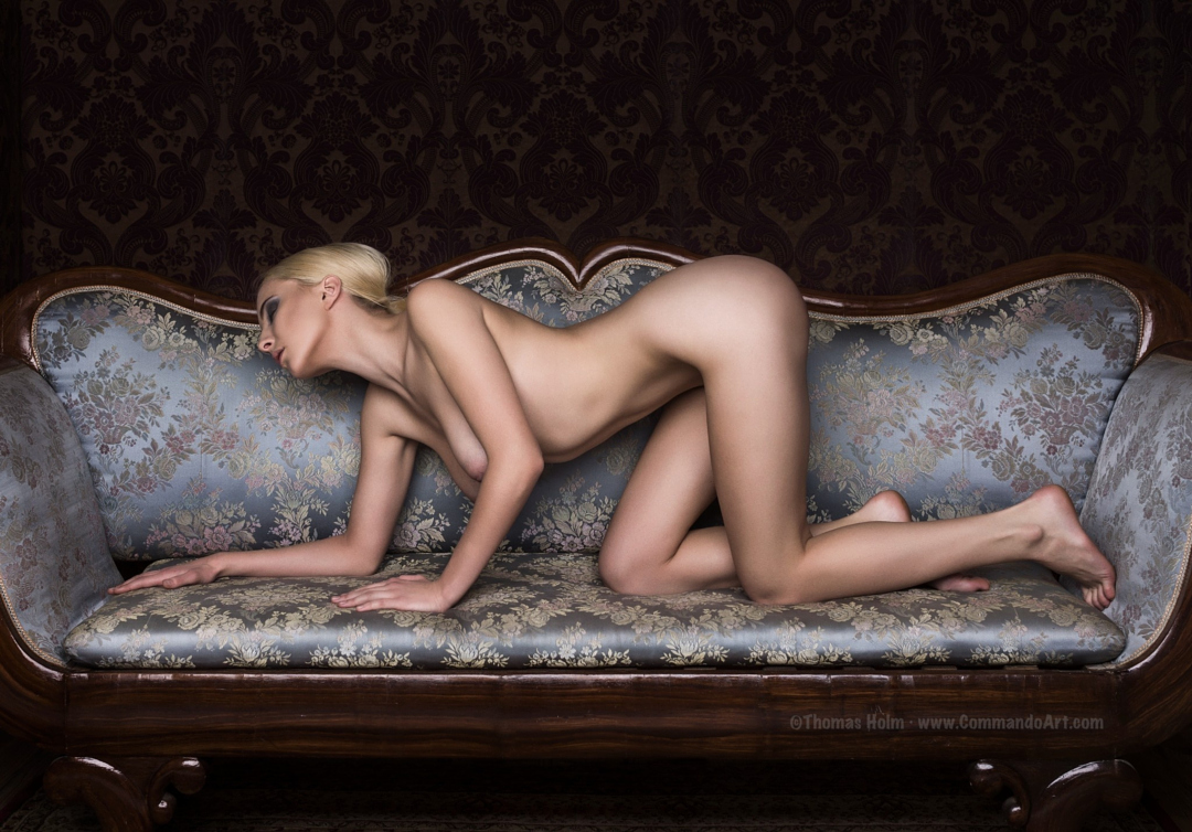 gadinagod_girls_naked_sofa_05.jpg