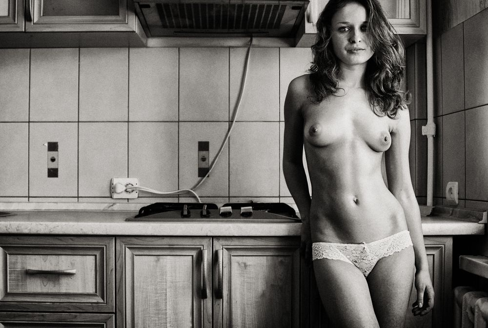 gadinagod_girls_naked_pictures_kitchen