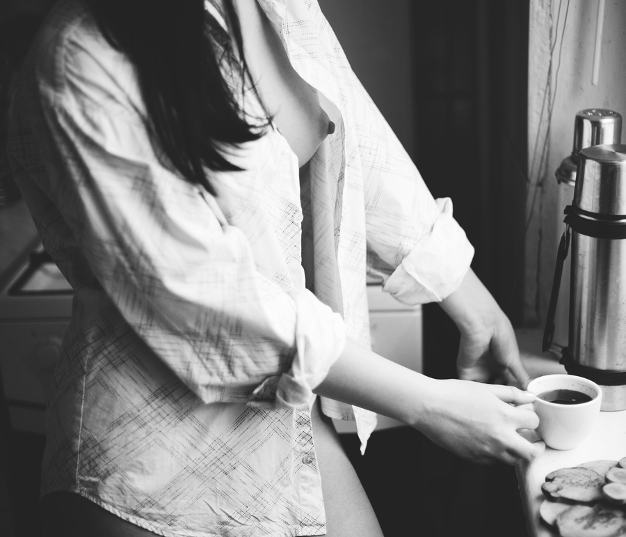 Девушка варит кофе картинки