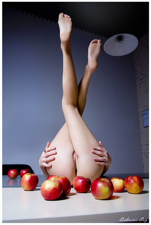 gadinagod_girls_naked_apple_16