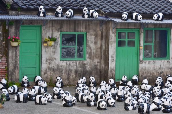 1600-Papier-Mache-Pandas-Touring-The-World-6-600x399