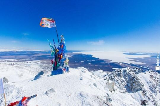 на другой стороне горы Монголия и озеро Хубсугул. Фото с https://yandex.ru/images