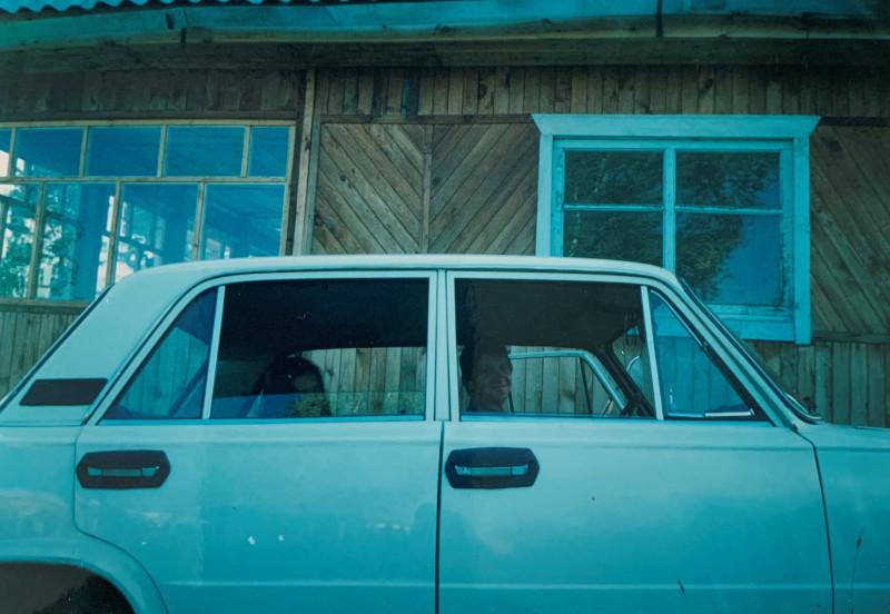 Счастливый муж на своей первой машине