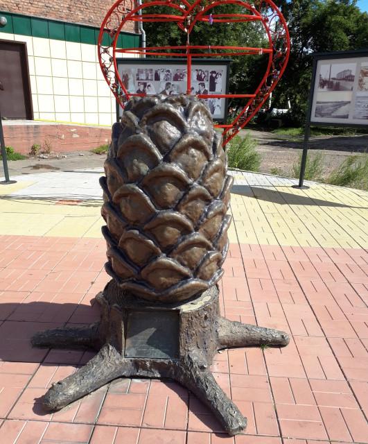 Памятник сибирской шишке