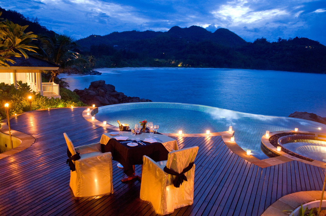 dining-by-round-infinity-pool-overlooking-ocean-cliffs