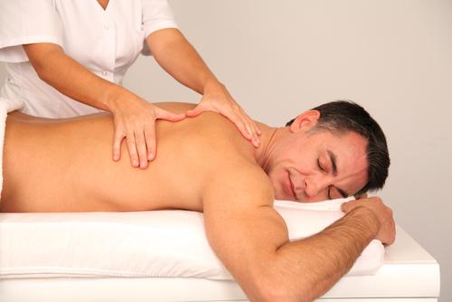 массаж спины мужчинка