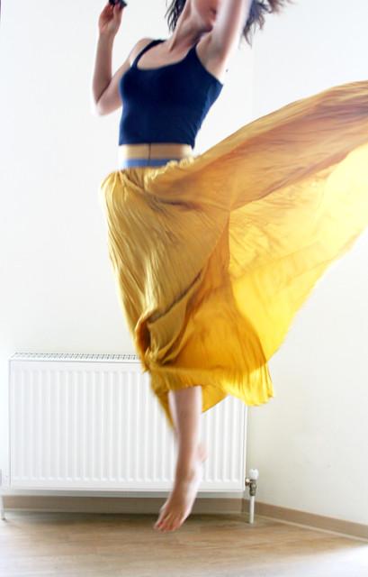 желтая макси юбка