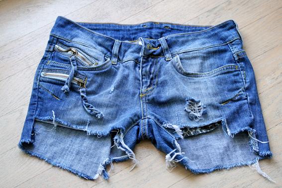 порванные джинсовые шорты