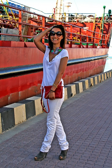 white look, red accessories