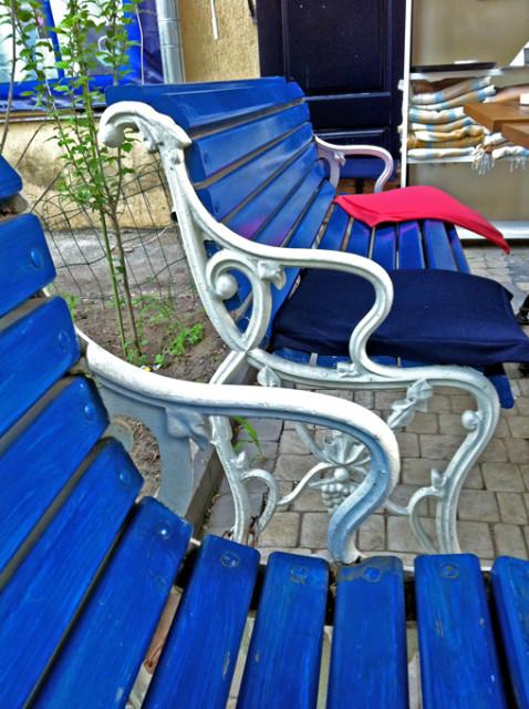 синие скамейки