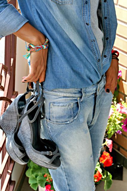 denim total look. джинсы, джинсовая рубашка, босоножки