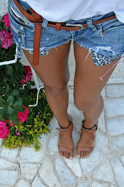 джинсовые шорты и кожаный ремень