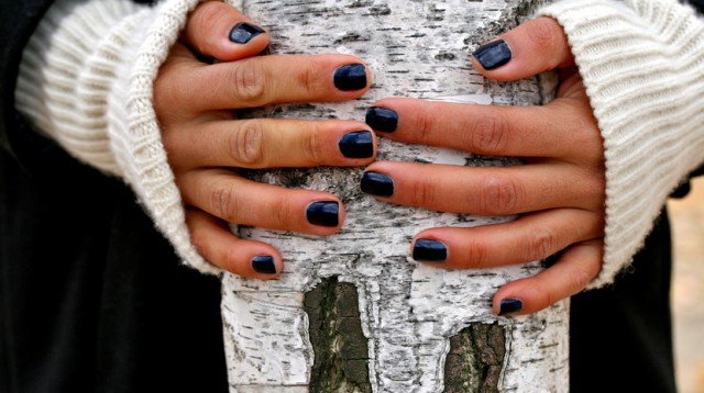 синий лак для ногтей