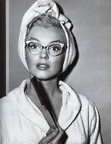 Мерлин Монро в очках киски