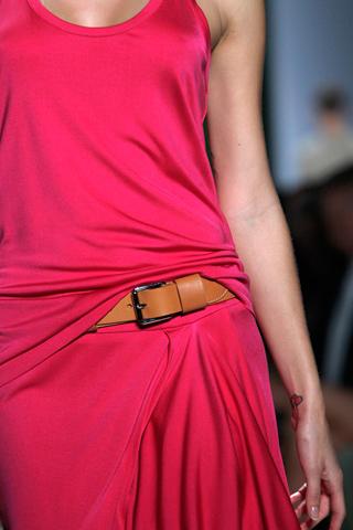 кожаный ремень на ярком платье