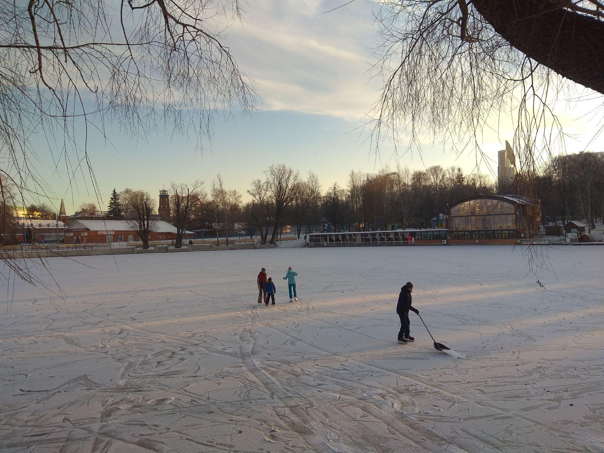 Мальчишек радостный народ уже коньками режет лёд