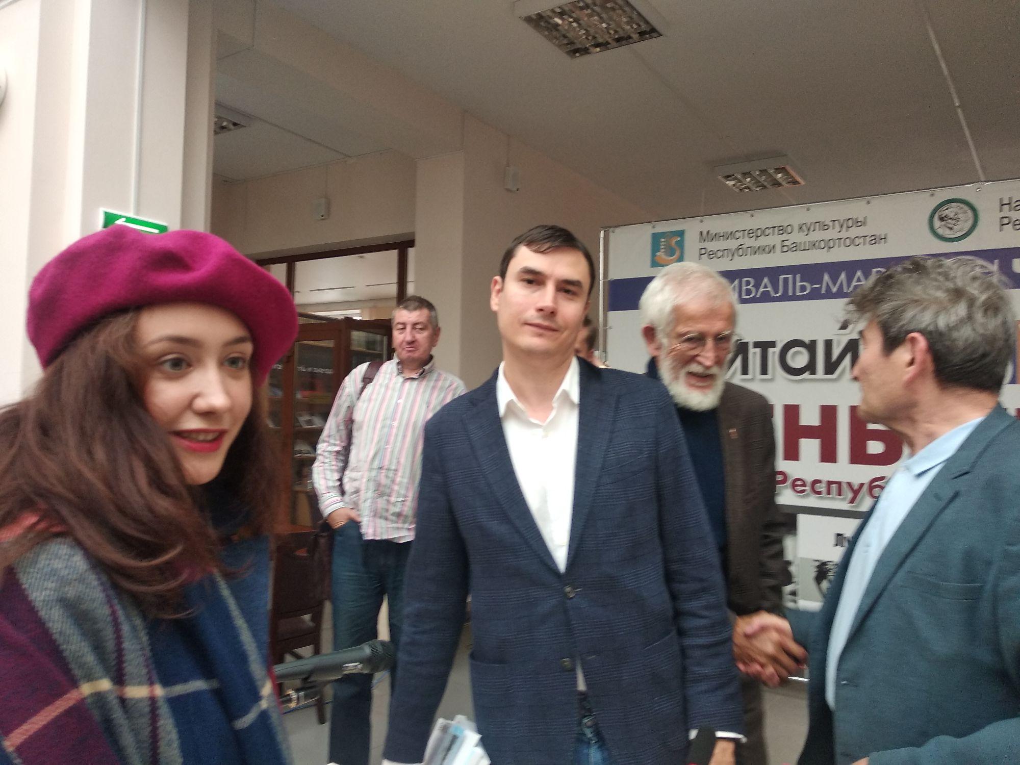 Кто там в малиновом берете? Это прозаик Розалия Вахитова .